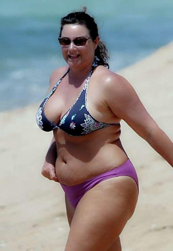 Filles grassouillettes en bikini sur la plage - 4plaisir.com
