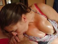 Une maman à gros nichons qui aime la fellation