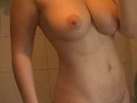 Selfies d'une rebeu à gros seins et à la chatte poilue