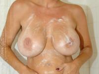 Blonde aux gros seins sous la douche