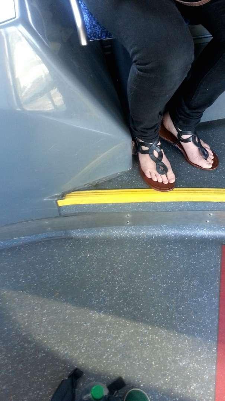 voyeur pieds nus bus (6)