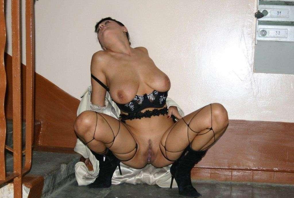 amatrice nue escaliers exhibe (19)