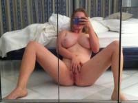 Une amatrice blonde aux gros nibards qui aiment s'exhiber