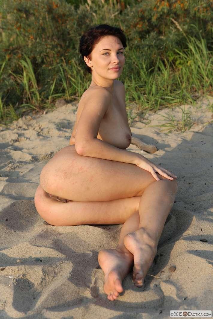 brune bonasse nue plage (114)