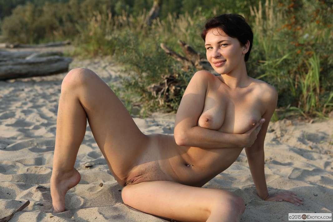 brune bonasse nue plage (122)