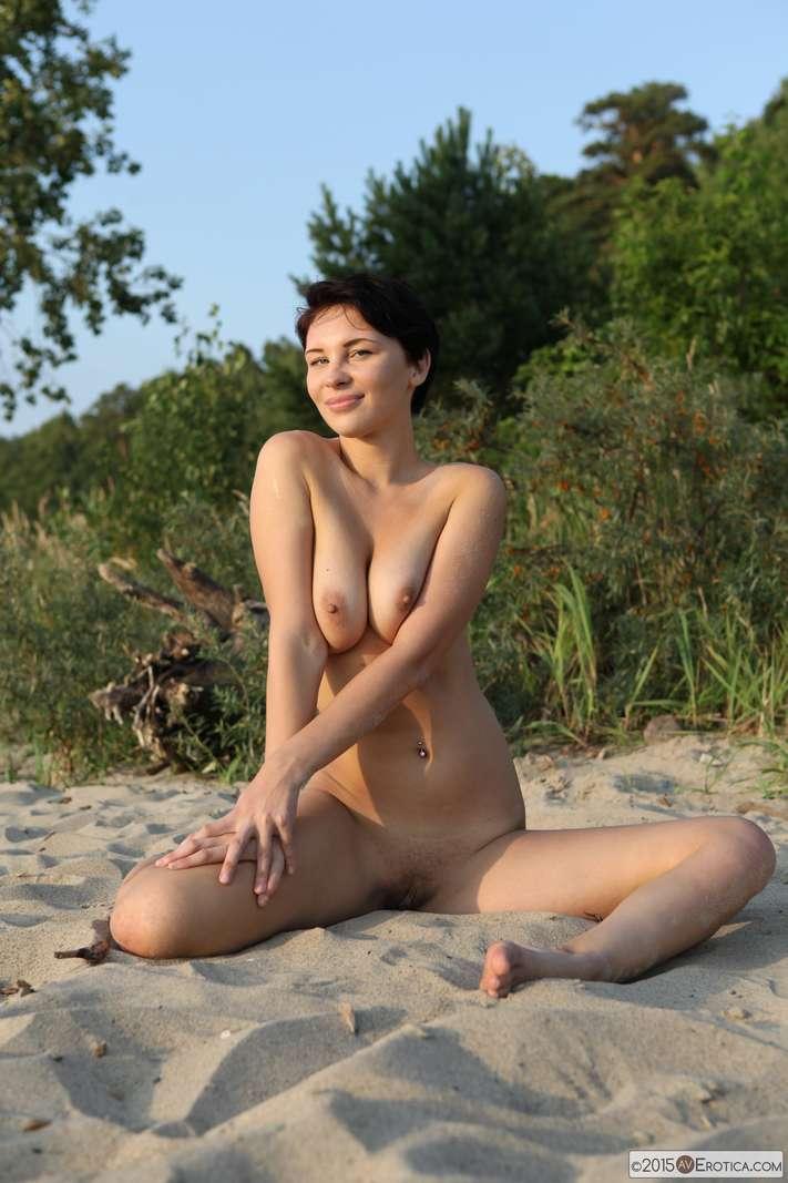 brune bonasse nue plage (123)