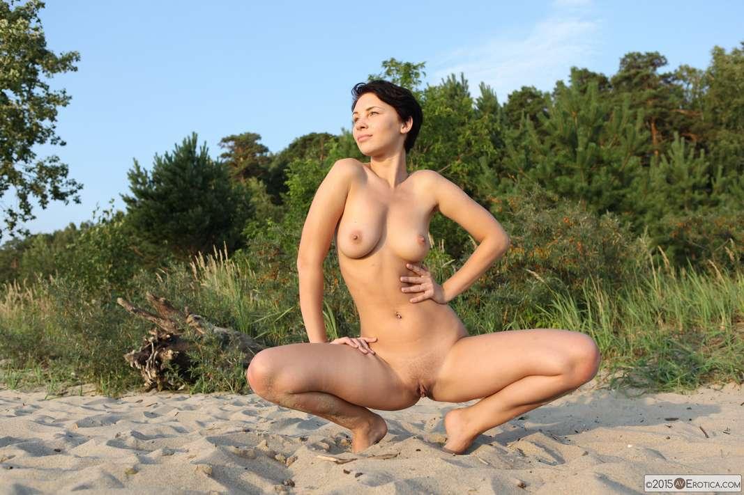 ta femme nue sur une plage naturiste - video amateur sur OBTF