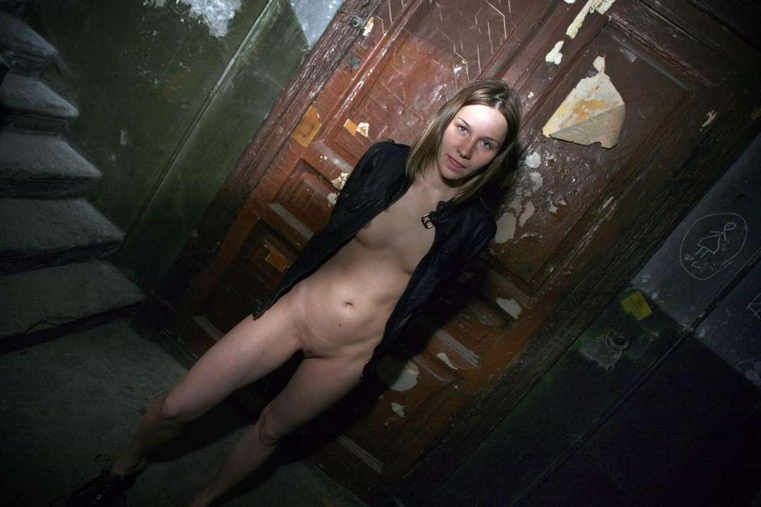 chatte nue escalier public (6)
