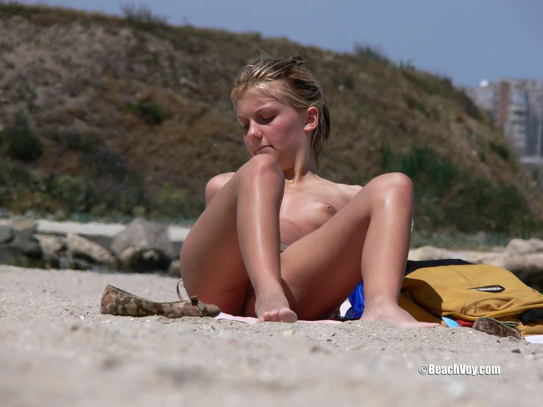 copines blondes seins nus plage (110)