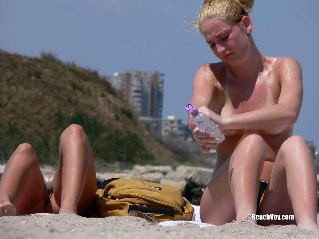 copines blondes seins nus plage (116)