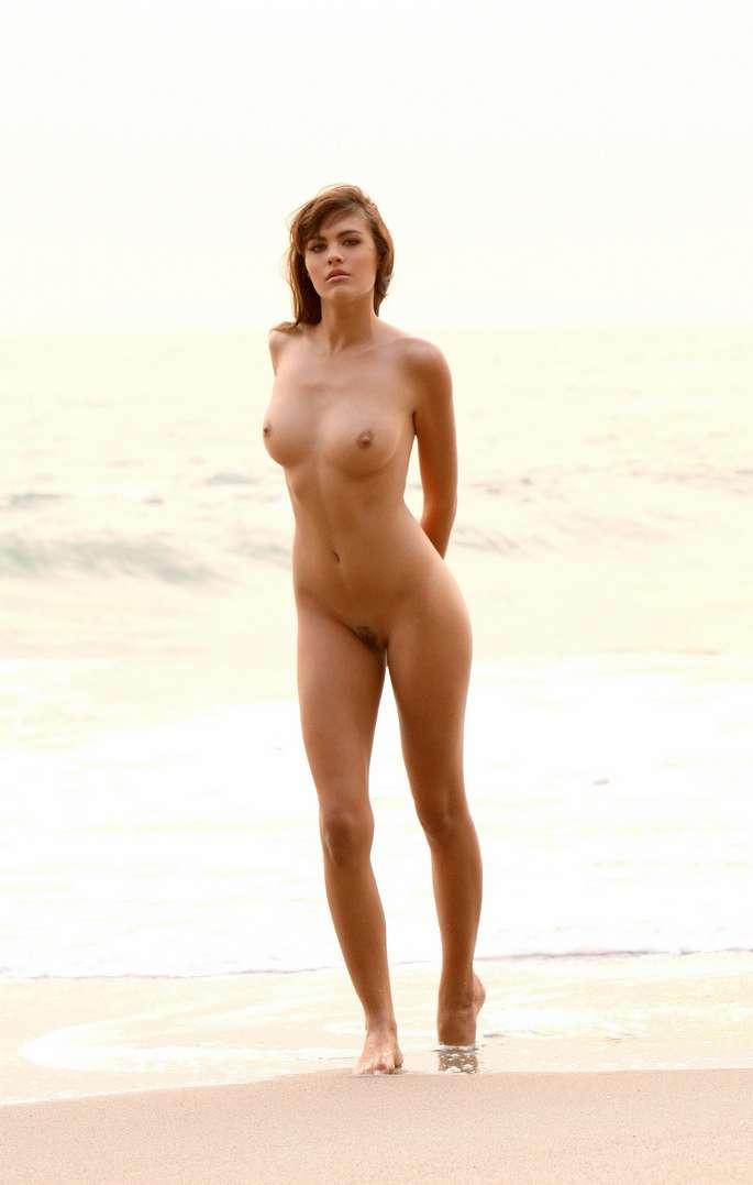Nudisme sur une plage frquente par des canons Jeune 18 ans