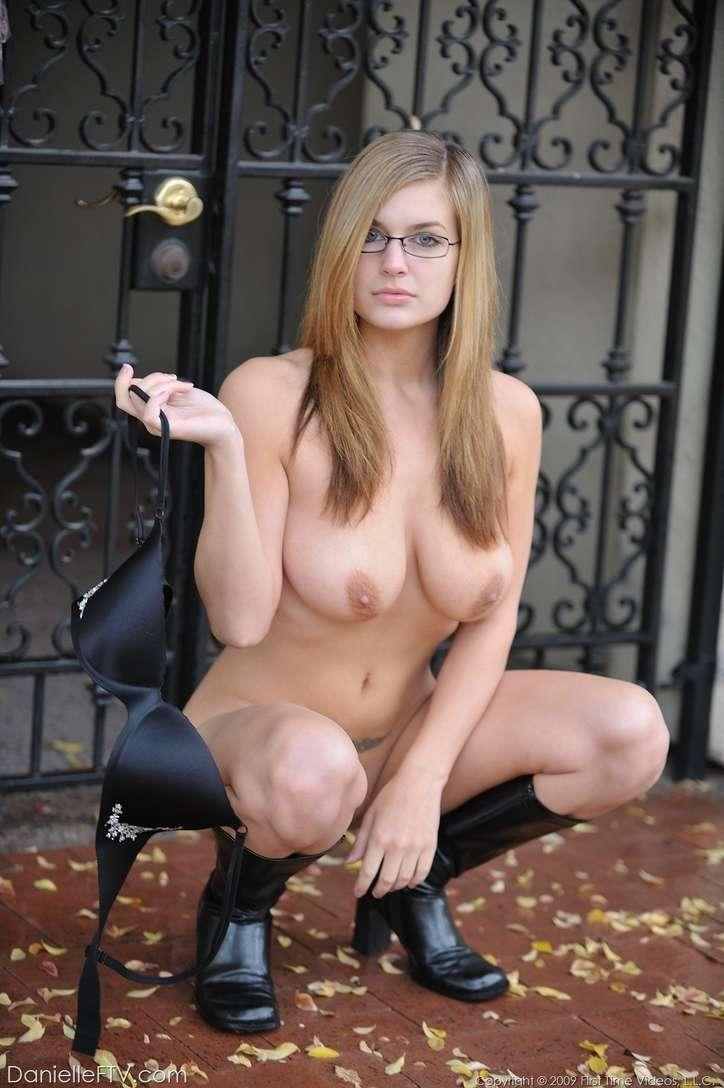fille nue lunettes gros seins (14)