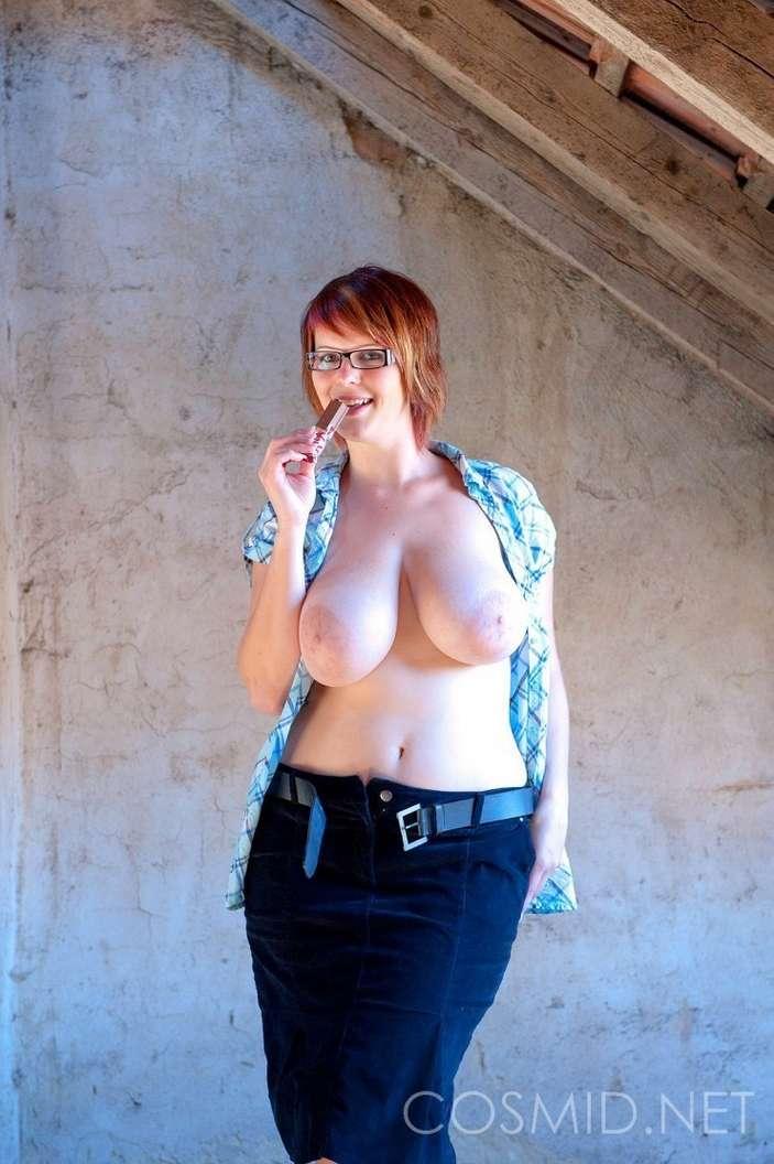 fille nue lunettes gros seins (15)