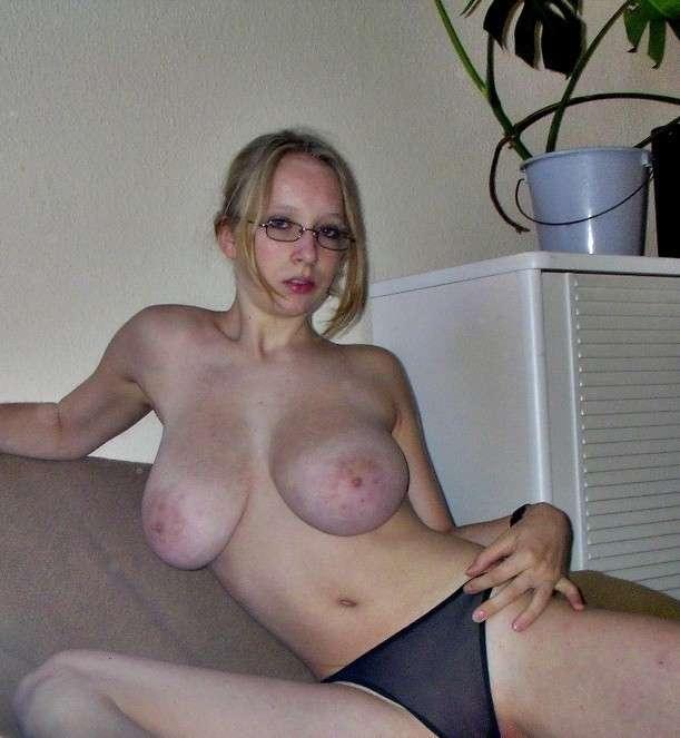 fille nue lunettes gros seins (17)