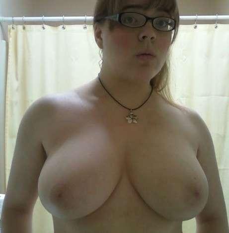 fille nue lunettes gros seins (19)