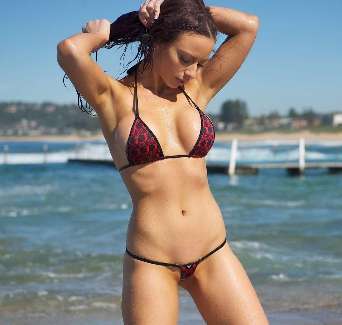 De beaux gros seins se cachent derrière leur bikini ...