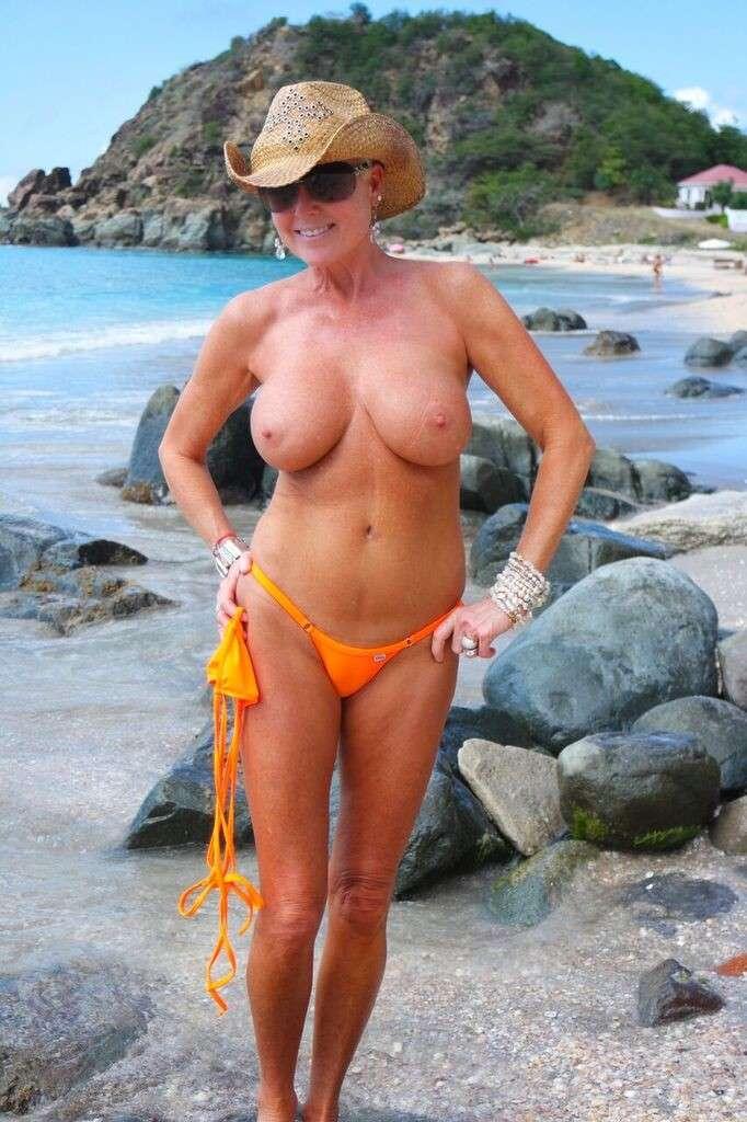 fille blonde sexy gros seins a la plage