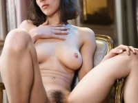 Jeune maman brune aux gros seins et bien garnie de la foufoune