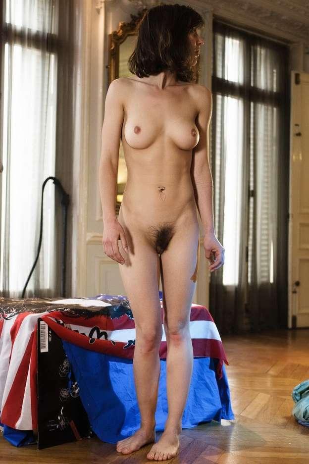 Milf brune sexy a gros seins nue