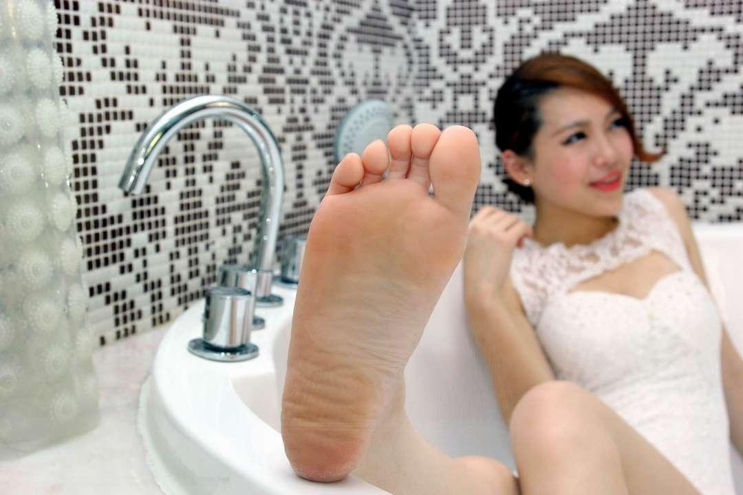 pieds asiatique nue (5)