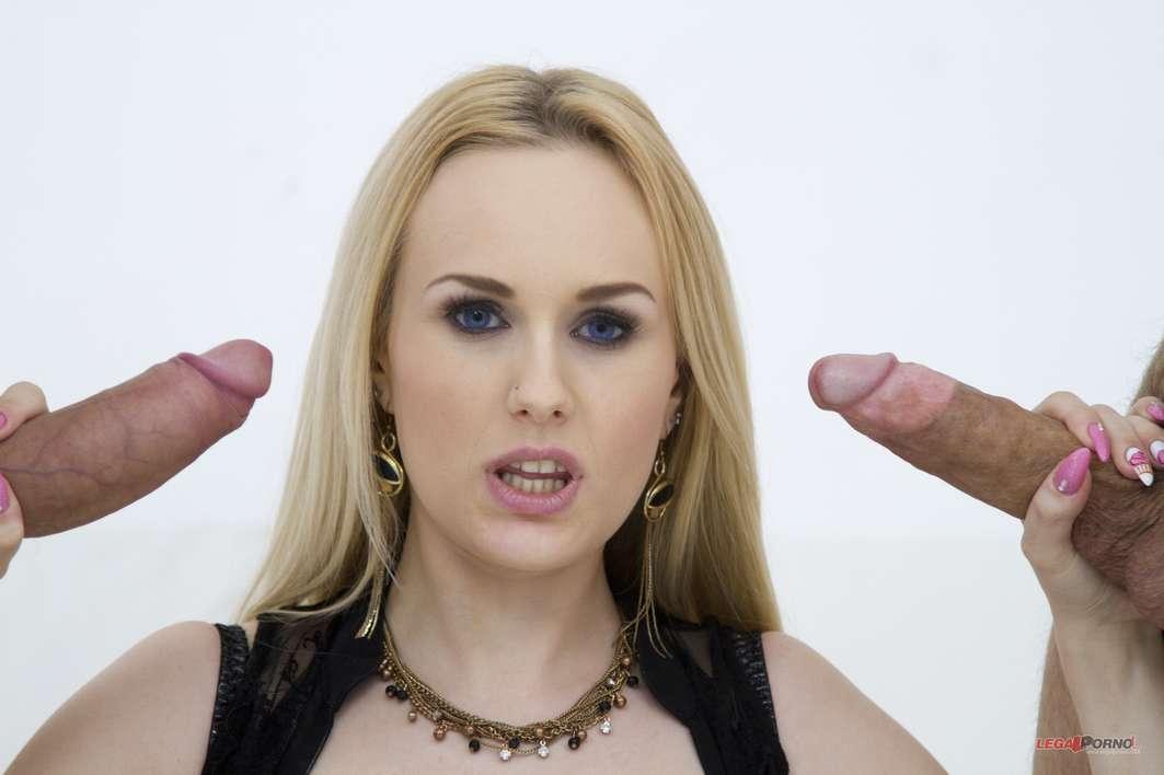 Une blonde se fait doublement démonter