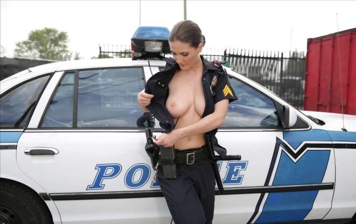Les femmes en uniforme nue