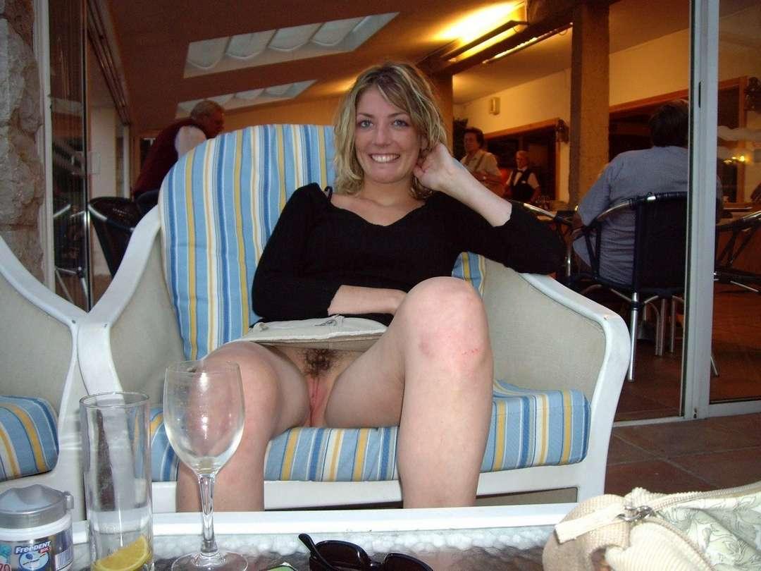Une jeune maman sans culotte filme par un voyeur Blog