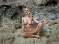 Belle blonde aux gros seins s'exhibe totalement nue