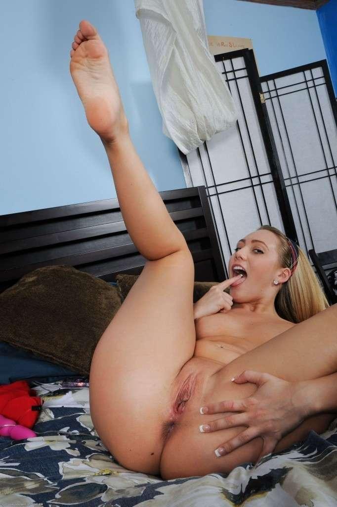 blonde nue fetichiste des pieds (123)