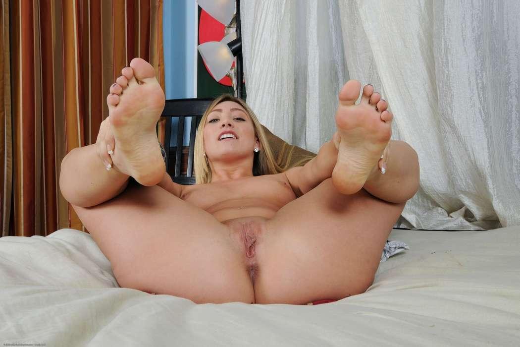 blonde nue fetichiste des pieds (126)