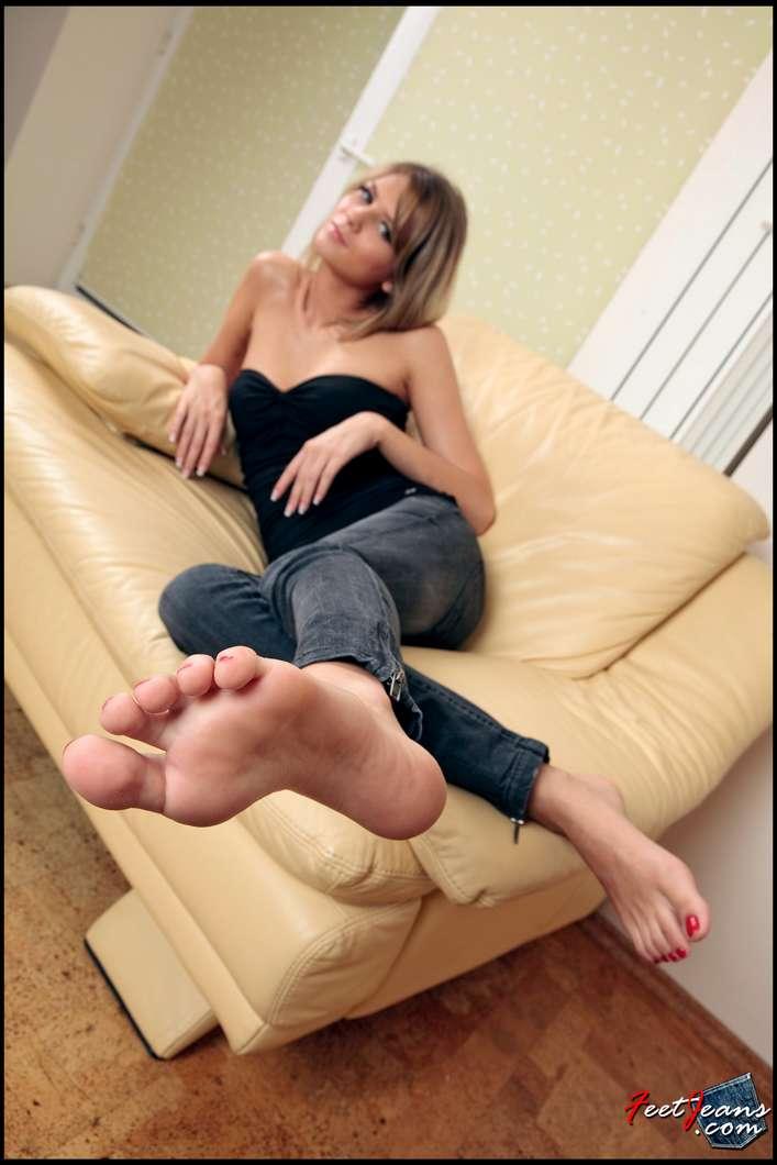 fille sexy en jean sexy pieds