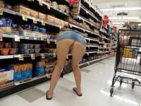 Femmes sans culotte qui exhibent leur cul dans les magasins publics