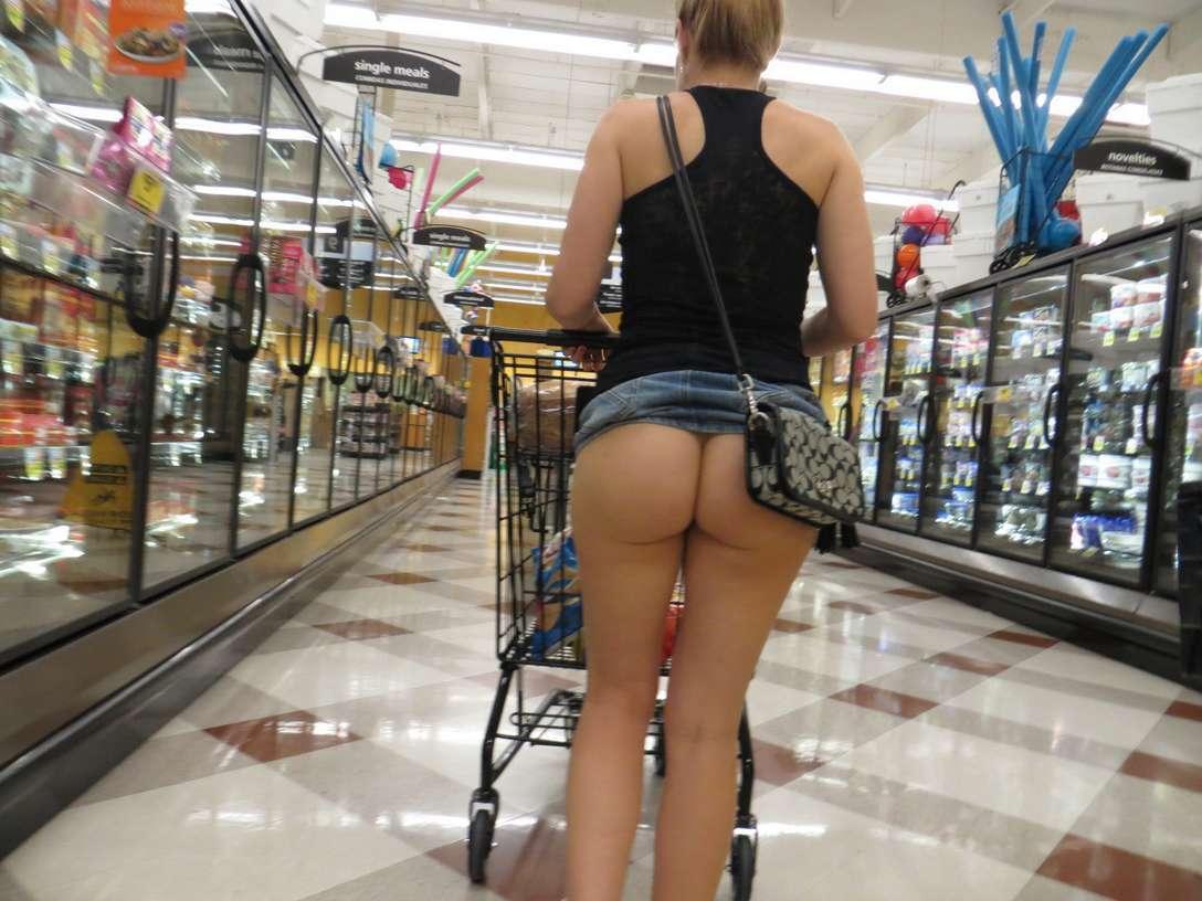 Femmes sans culotte qui exhibent leur cul dans les ...