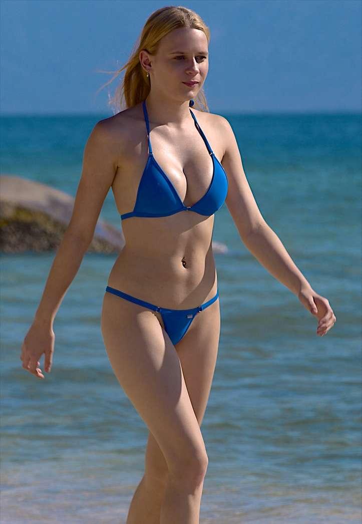 fille bikini bleu non nue (26)
