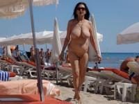 Femmes mûres naturistes aux gros seins nues sur la plage