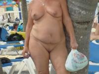 Femmes matures naturistes nues sur la plage