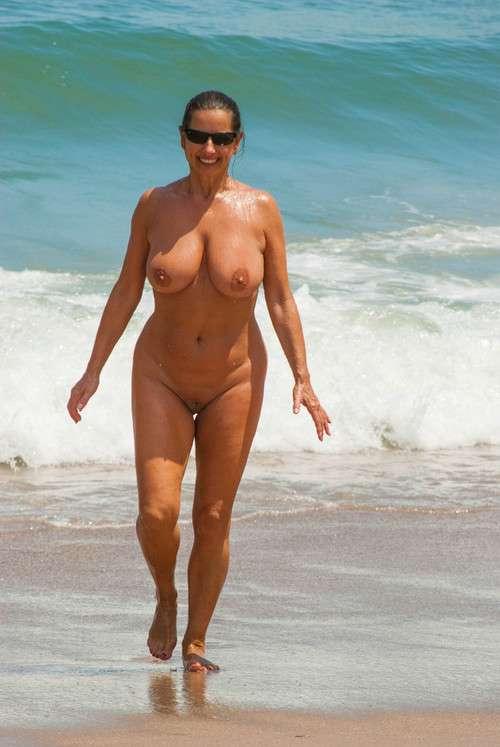 Nus matures sur la plage