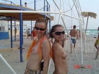 Jeunes filles topless avec des tout petits seins