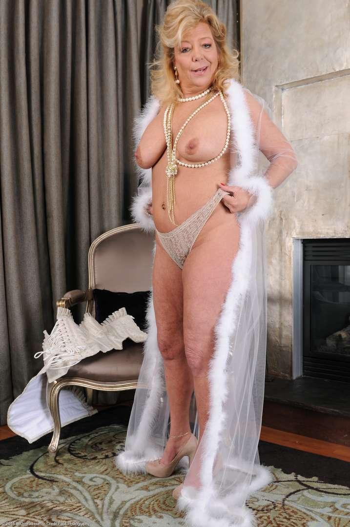 vieille cougar poilue nue (133)
