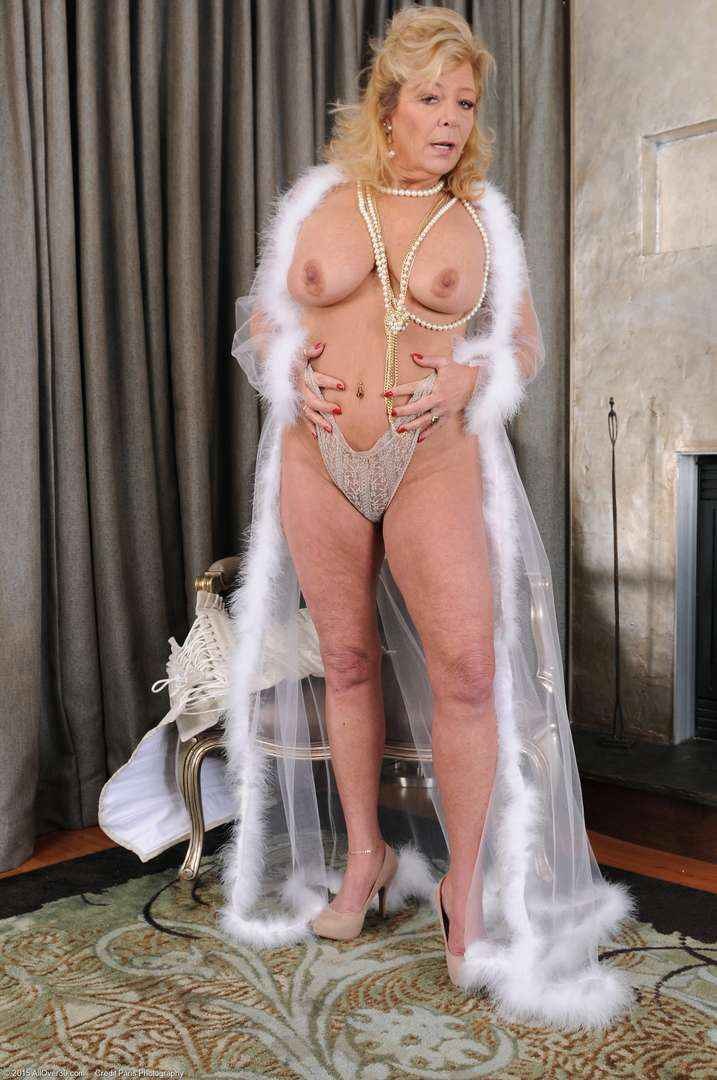 vieille cougar poilue nue (134)