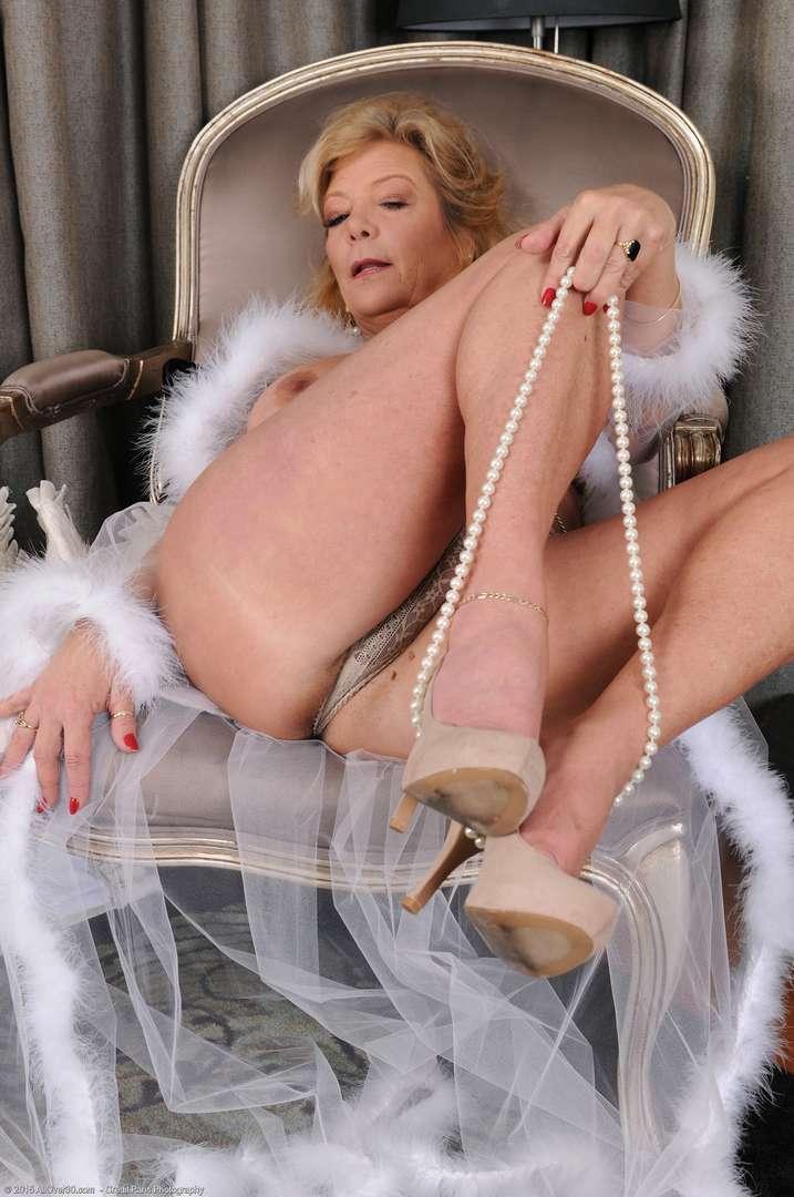 vieille cougar poilue nue (146)