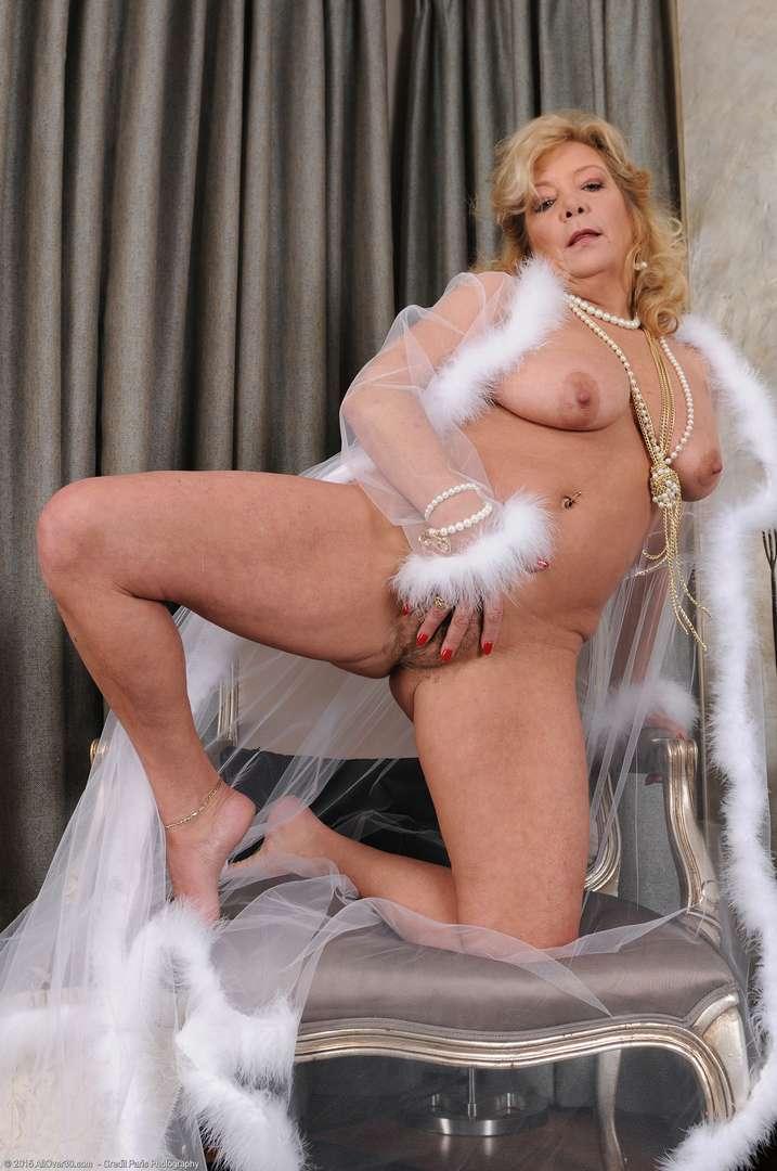 vieille cougar poilue nue (158)
