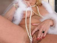 Vieille cougar blonde poilue qui a le feu au cul