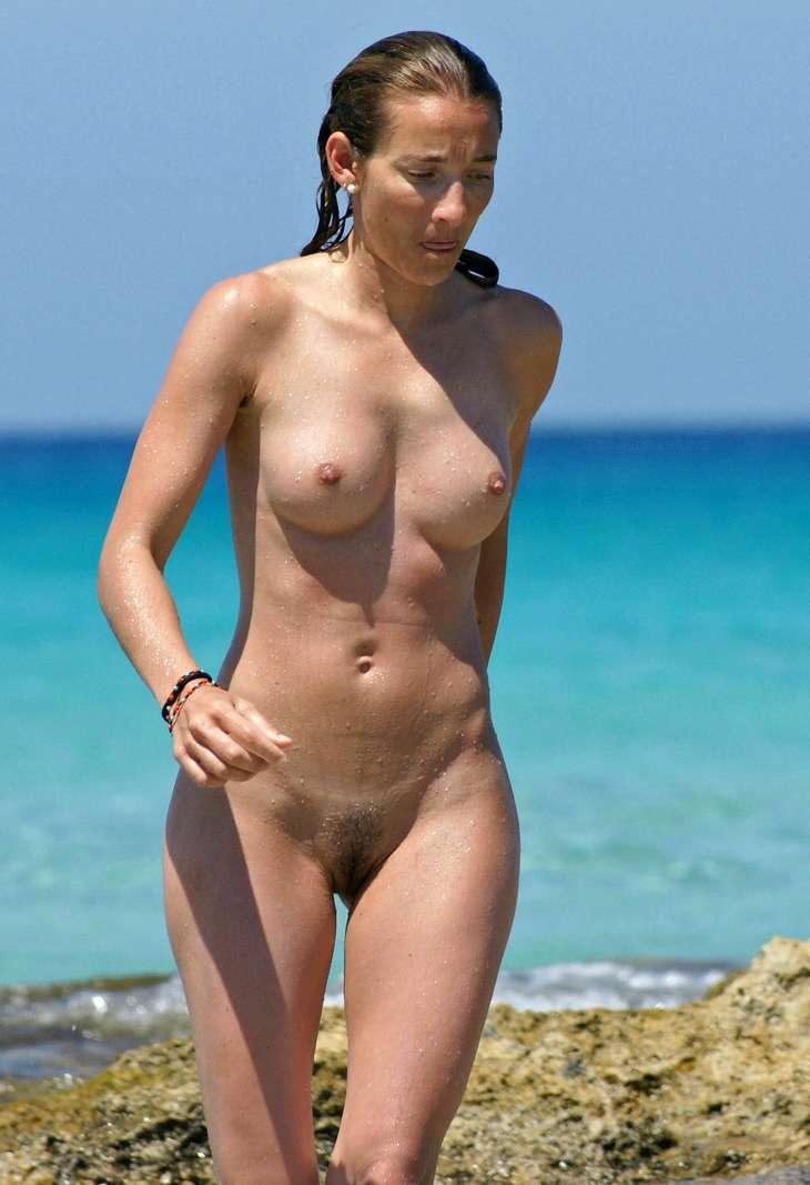brune nue plage sexy (1)