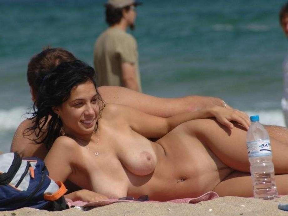 brune nue plage sexy (11)