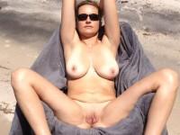 Maman aux gros seins et à la grosse chatte nue à la plage (+pipe en prime!)