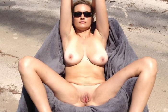 une belle branlette gros seins sur la plage