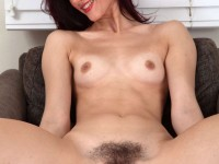 Une maman brune bien garnie de la chatte ;)