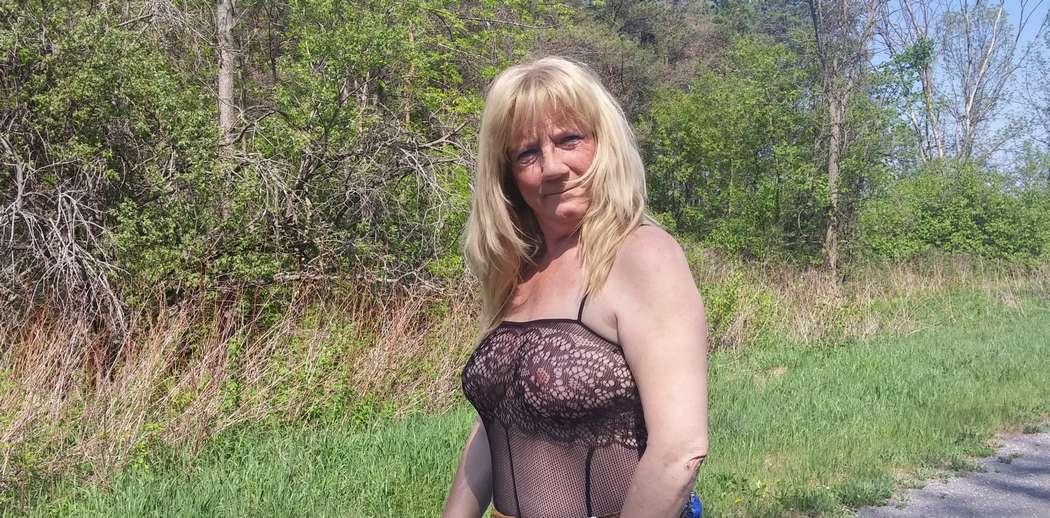 vieille blonde amatrice exhibe (100)