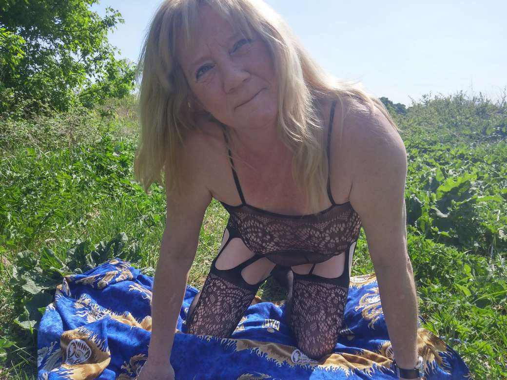 vieille blonde amatrice exhibe (108)